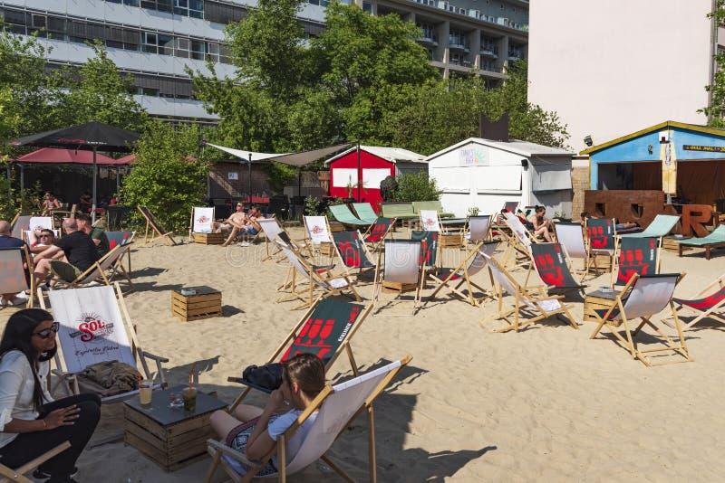 Rilassandosi alla spiaggia di Charlies a Berlino, la Germania fotografia stock
