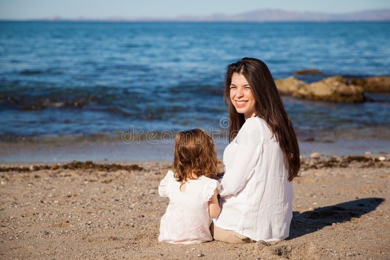 Rilassandosi alla spiaggia insieme fotografia stock libera da diritti