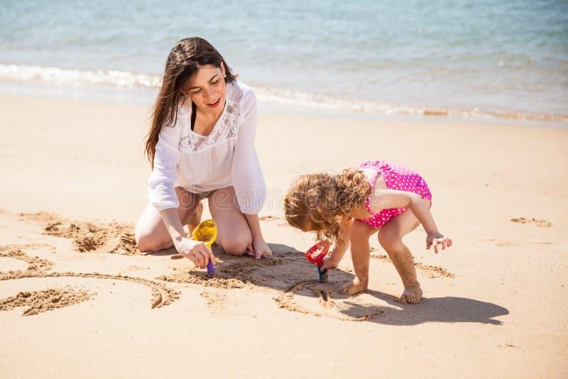 Rilassandosi alla spiaggia insieme immagine stock libera da diritti