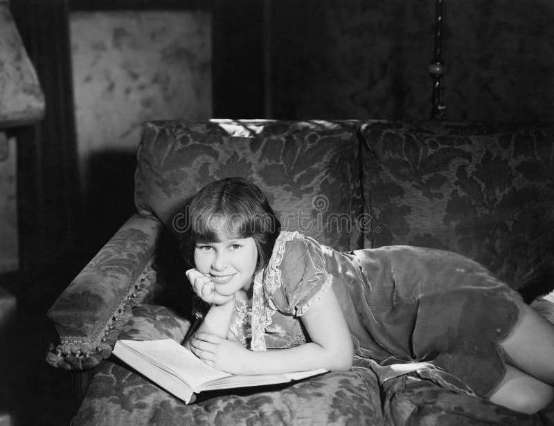 Rilassandosi con un buon libro (tutte le persone rappresentate non sono vivente più lungo e nessuna proprietà esiste Garanzie del fotografia stock libera da diritti