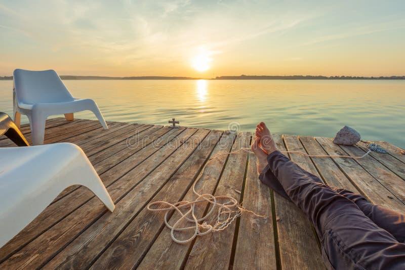 rilassandosi sulla passerella con il piede nudo immagini stock