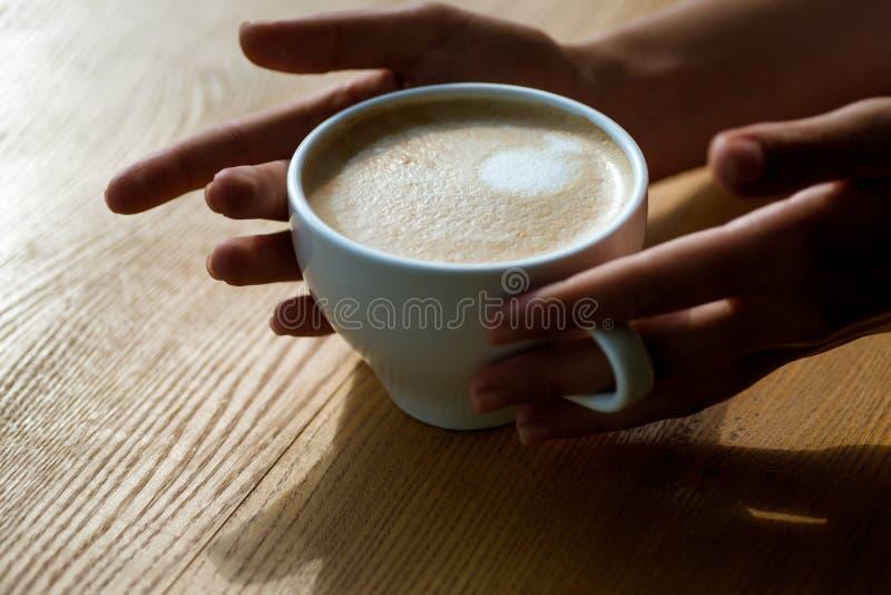 Rilassi in caffè o caffetteria e bere il caffè fresco di mattina con latte e la crema schiumano il barista propone il americano o immagini stock libere da diritti