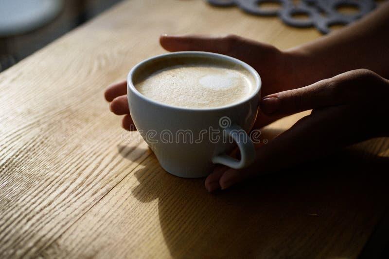 Rilassi in caffè o caffetteria e bere il caffè fresco di mattina con latte e la crema schiumano mattina perfetta con il più bene fotografia stock