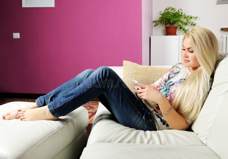 Download Rilassi a casa fotografia stock. Immagine di distendasi - 30831432