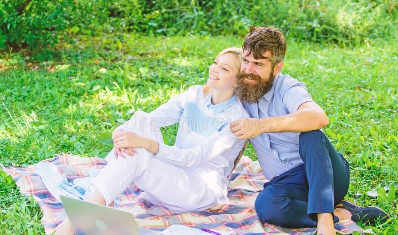 Rilassi e concetto di ispirazione La famiglia gode di di rilassarsi il fondo della natura Coppie con il computer portatile rilass fotografia stock libera da diritti