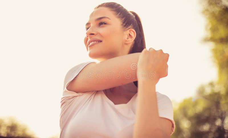 Rilassi i vostri muscoli dopo l'esercizio pesante fotografia stock