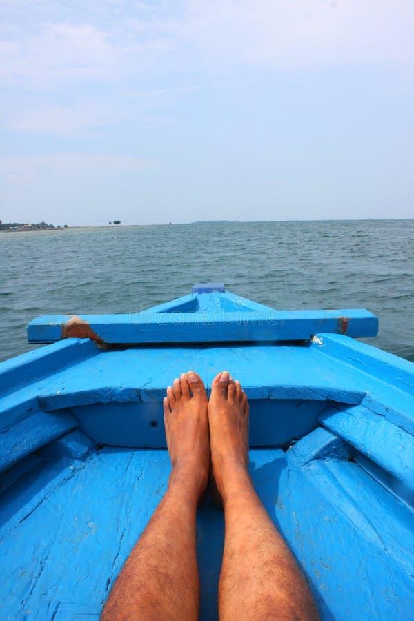 Rilassi il piede sulla barca blu fotografia stock libera da diritti