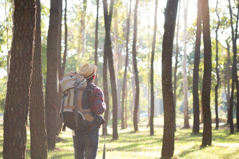 Rilassi l'avventura e lo stile di vita che fanno un'escursione il concetto di idea di viaggio immagine stock libera da diritti
