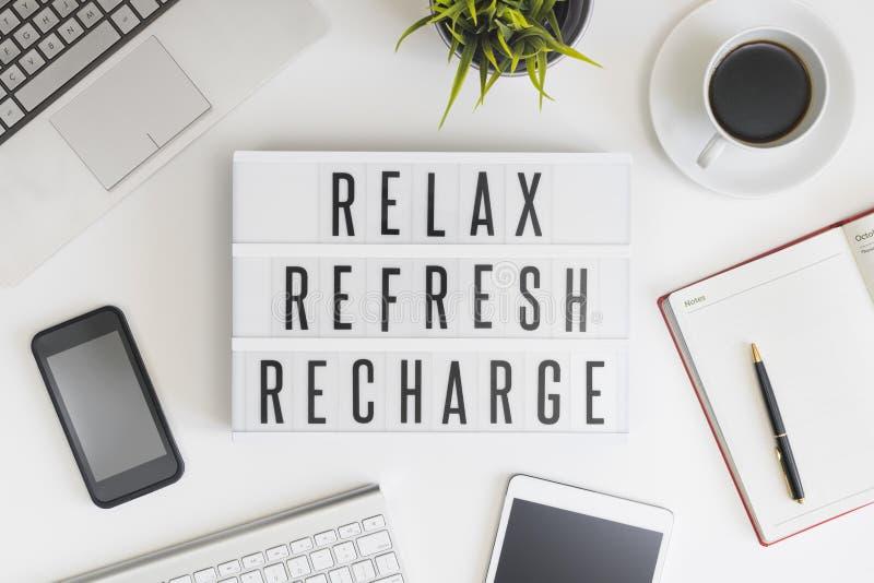 Rilassi, rinfreschi e ricarichi in ufficio immagine stock