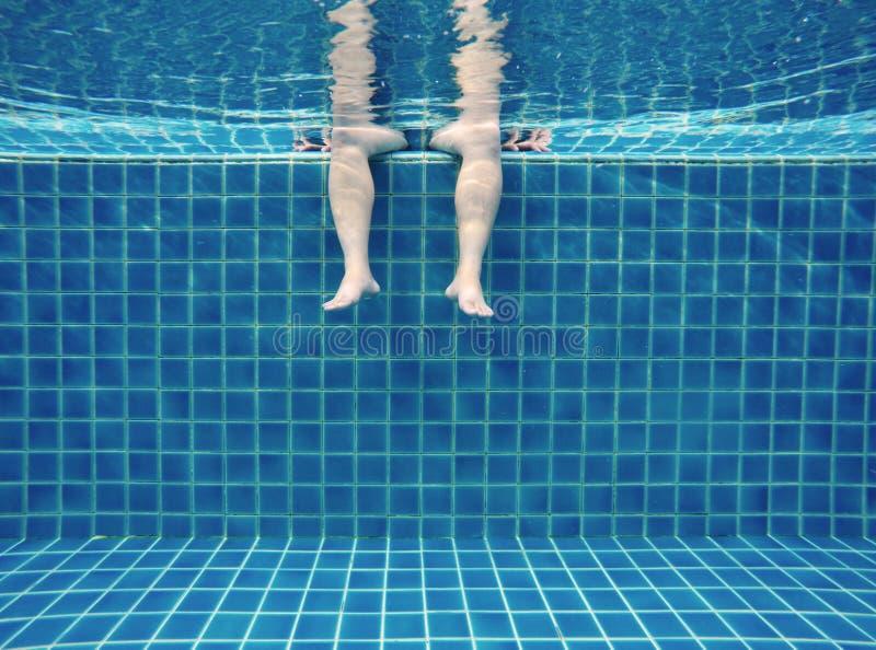 Rilassi underwater nella piscina, estate fotografia stock