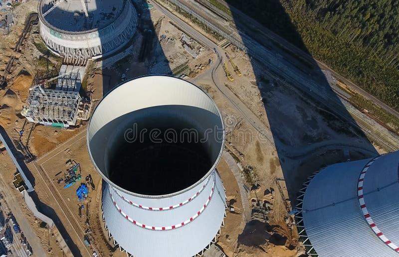 Rilevamento aereo di una centrale atomica in costruzione Installazione e costruzione di una centrale elettrica Un concetto di ene fotografia stock libera da diritti