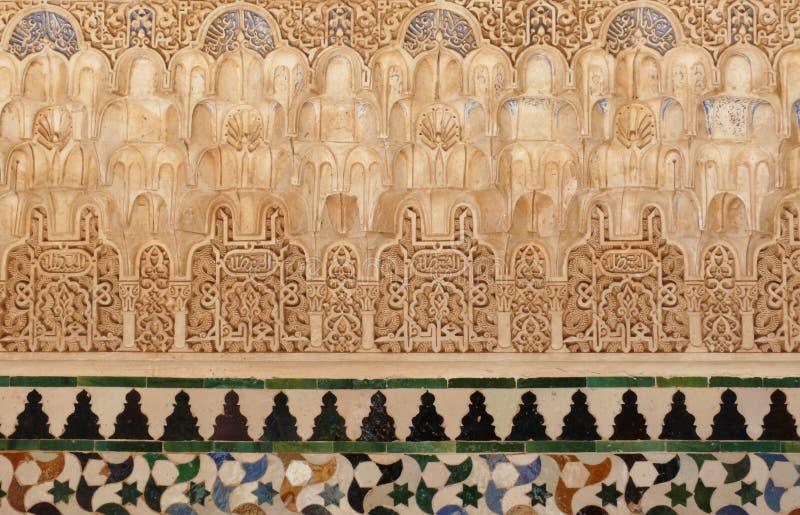 Rilievi arabi decorativi e mattonelle. Alhambra fotografia stock