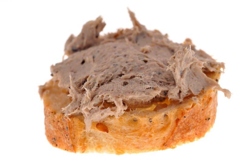 Rillettes des sardines sur un sandwich à pain sur le fond blanc image stock
