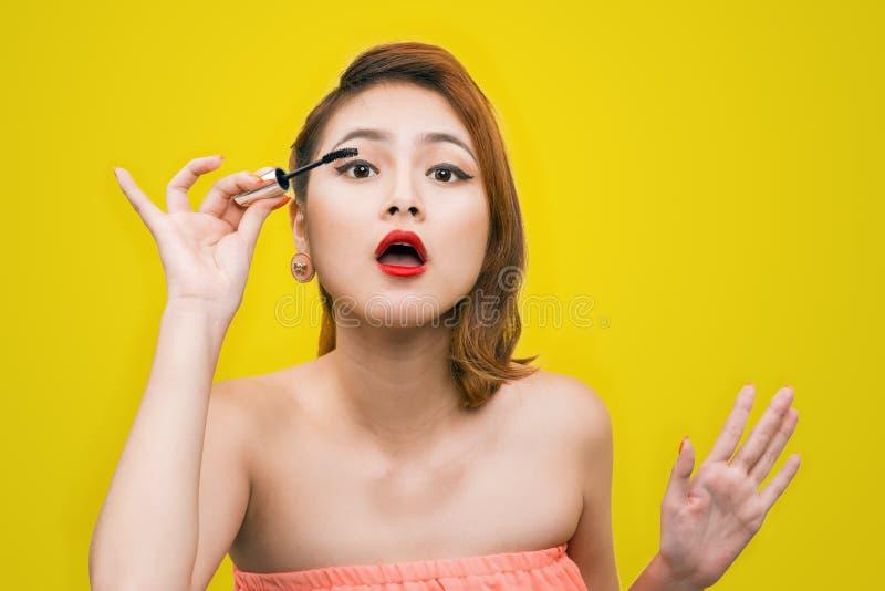 Rimel del maquillaje Imagen divertida del asiático joven de moda hermoso fema fotos de archivo