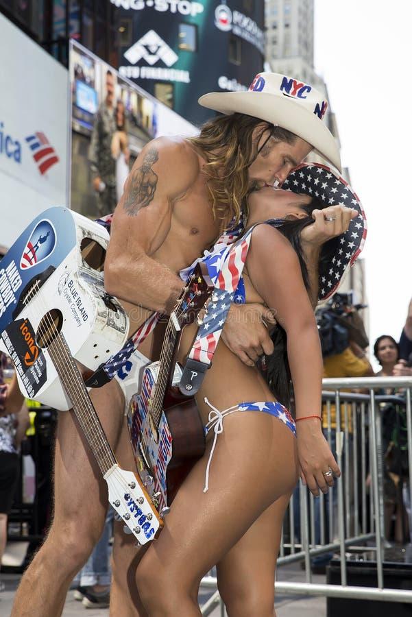 Rimessa in vigore del bacio storico in Times Square fotografie stock libere da diritti