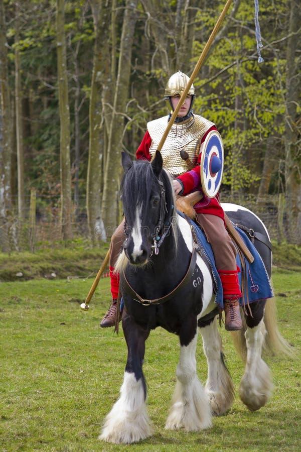 Rimessa in vigore storica dei soldati della fanteria e di Roman Cavalry a Northumberland, maggio 2012 immagini stock
