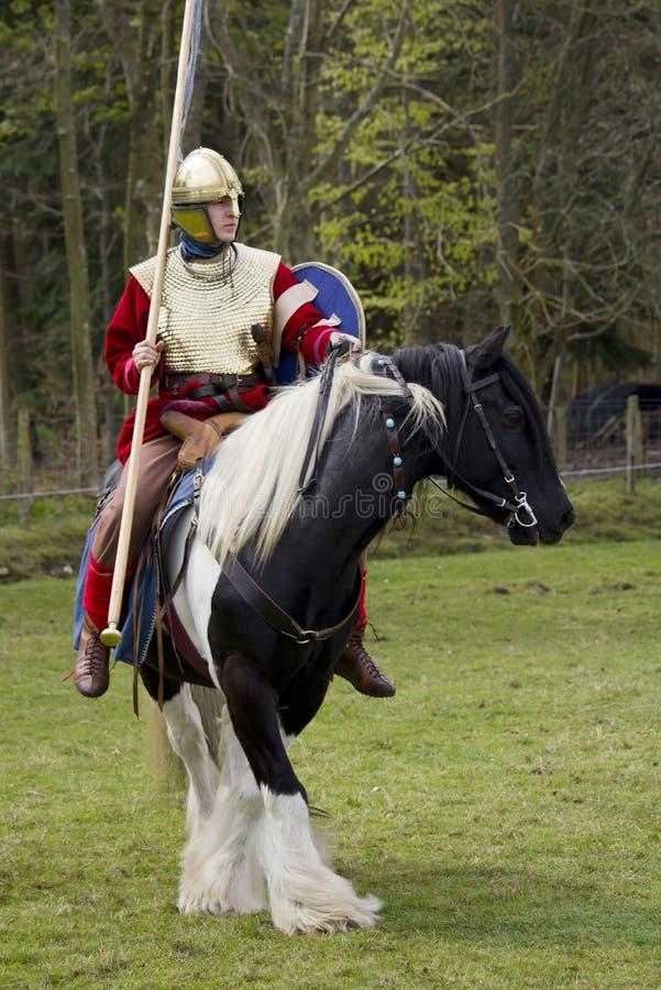 Rimessa in vigore storica dei soldati della fanteria e di Roman Cavalry a Northumberland, maggio 2012 fotografie stock