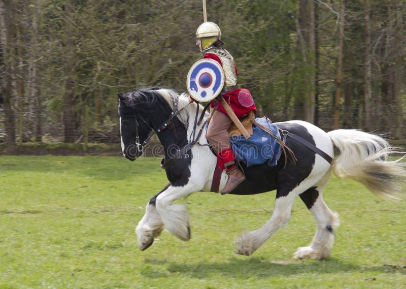 Rimessa in vigore storica dei soldati della fanteria e di Roman Cavalry a Northumberland, maggio 2012 fotografia stock libera da diritti