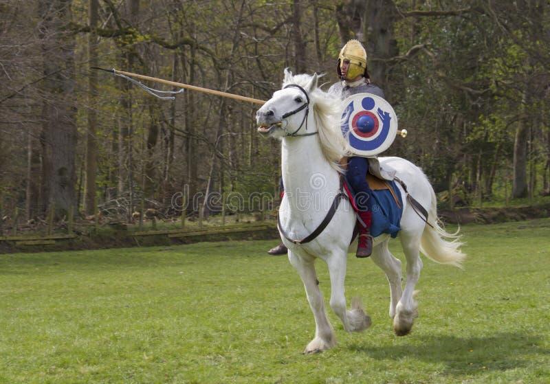 Rimessa in vigore storica dei soldati della fanteria e di Roman Cavalry a Northumberland, maggio 2012 immagine stock