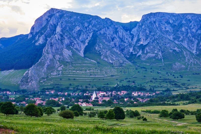 Rimetea-Dorf, der Bezirk Alba, Rumänien, am Abend, mit dem Auferlegen von Coltii Trascaului und von Piatra Secuiului, Teil Trasca stockfoto