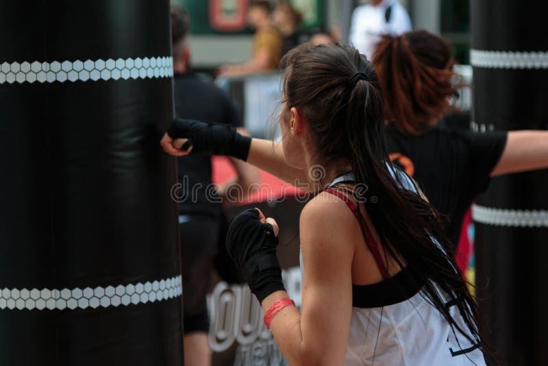 Rimini, Ιταλία - μπορέστε το 2016: Νέο κορίτσι με τα σορτς και την άσπρη κορυφή δεξαμενών: Ικανότητα που εγκιβωτίζει Workout με P στοκ εικόνα