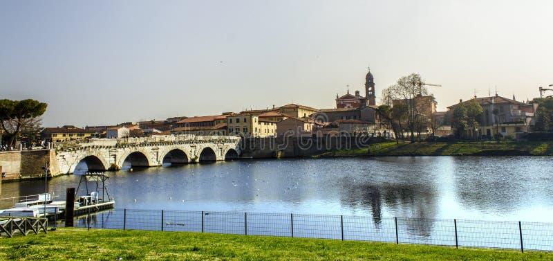 Rimini cityscapesikt Tiberius bro royaltyfria foton