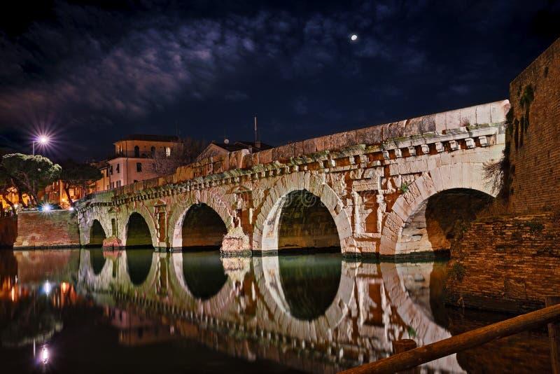 Rimini Emilia Romagna, Italien: den forntida romerska bron av Tiberius royaltyfria foton