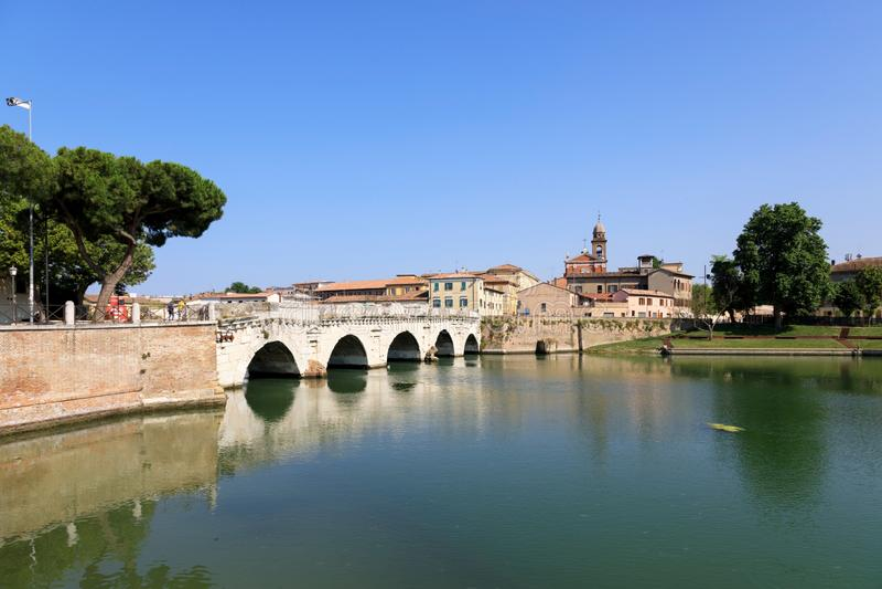Rimini, Itália, 2 de julho de 2019: Ponte de Tiberius Ponte di Tiberio em Rimini foto de stock