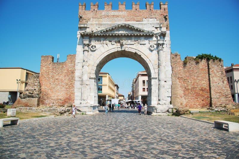 Rimini, Itália - 21 de junho de 2017: o arco triunfal de Augustus dentro fotografia de stock