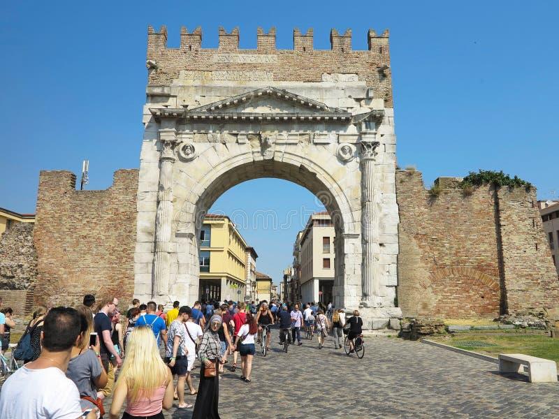 13 06 2017, Rimini, Itália - os turistas aproximam o arco de Augustus, anci imagem de stock royalty free