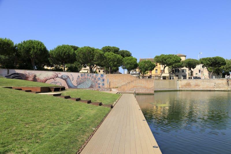 Rimini, Italië, juli 2019: Plazza sull'Acqua, park aan de Tiberiusbrug in Rimini stock fotografie