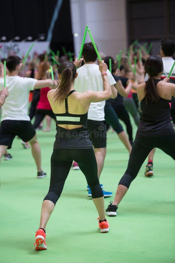 Rimini, Italie - mai 2019 : Fitness Workout à Gym : Exercices avec musique et chevalet de tambour vert photo stock