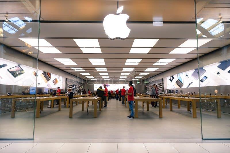 RIMINI, ITALIEN - 18. DEZEMBER 2015: Apple speichern gefunden in einem Shop lizenzfreies stockfoto