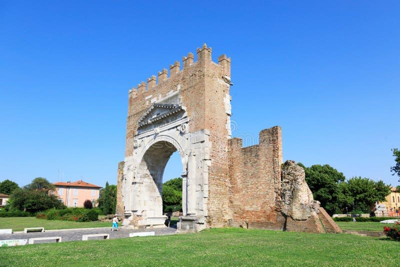 Rimini, Italien, juli 2019: Arch av Augustus i Rimini Välbekant mål i Rimini triumphal Arch royaltyfri bild