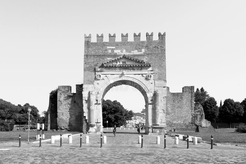 Rimini, Italien, juli 2019: Arch av Augustus i Rimini Välbekant mål i Rimini triumphal Arch royaltyfria foton