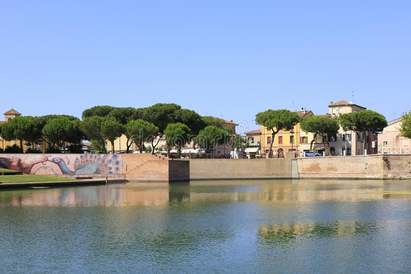 Rimini, Italien, juli 2019: Plazza sull'Acqua, Park vid Tiberius-bron i Rimini arkivbild