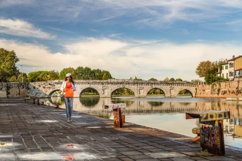 Rimini Italien, mogen turist- shopping längs den roman bron royaltyfri foto