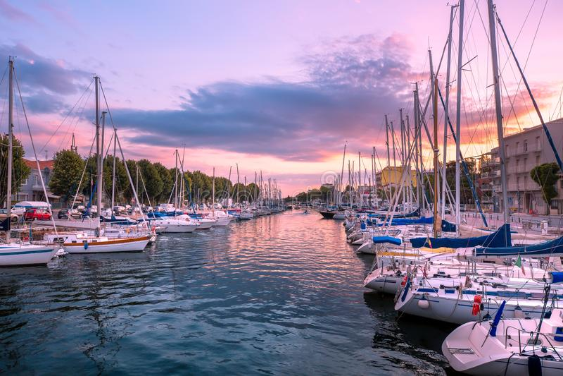 Rimini L'Italia Barche di mare in porticciolo all'alba fotografia stock