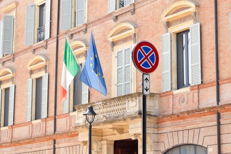 Rimini, It?lia Fachada do governo local da prefeitura do ` s de Rimini com italiano e bandeiras da UE fotos de stock