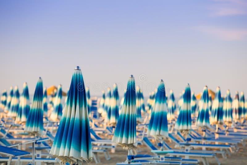 Rimini Włochy Plażowi parasole na błękita jasnego nieba tle obraz stock
