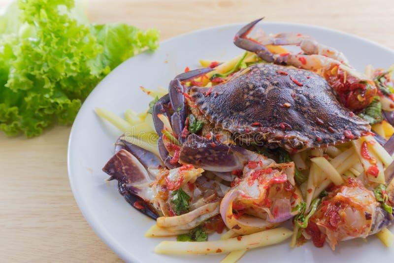 Rimmad krabba i maträtten på träplattan arkivbilder