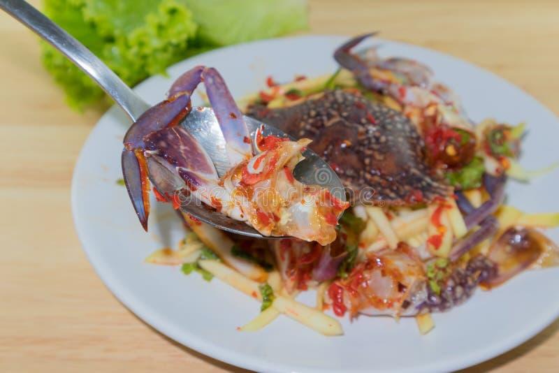 Rimmad krabba i maträtten på träplattan royaltyfri fotografi