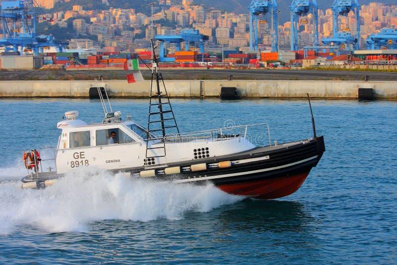 Rimorchi i transiti pilota nel canale calmo del porto di Genova fotografia stock