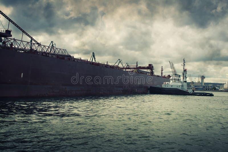 Rimorchiatore che spinge una nave fotografie stock