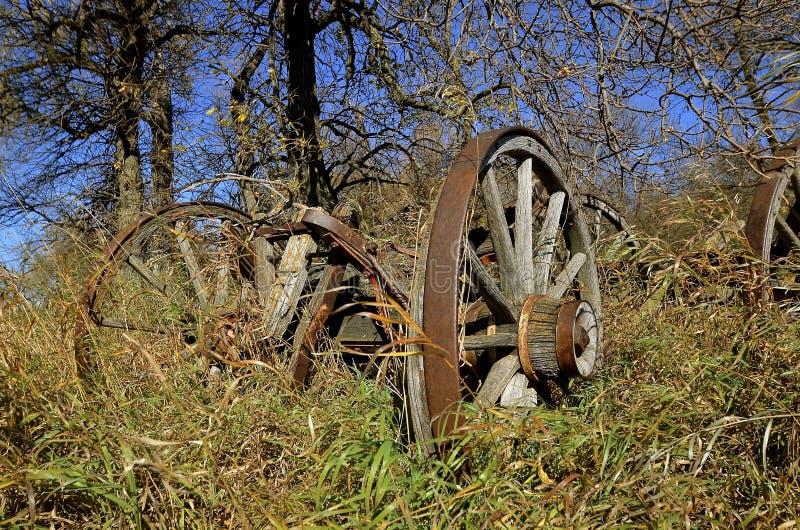 Rimorchio e ruote di legno traballanti immagine stock libera da diritti