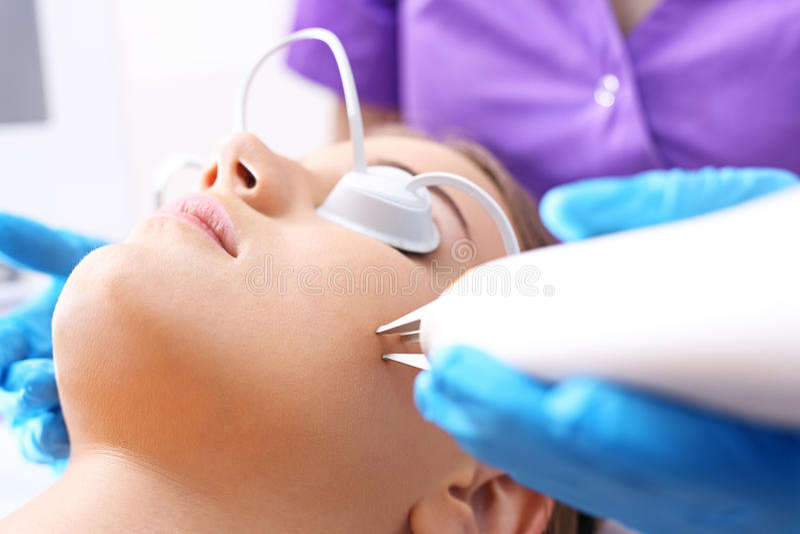 Rimozione del laser delle grinze Ringiovanimento della pelle immagini stock libere da diritti