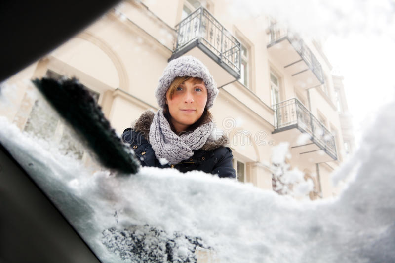 Rimozione della neve della finestra di automobile fotografia stock libera da diritti