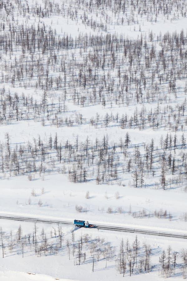 Rimozione della strada dalla neve nella tundra, vista superiore immagine stock