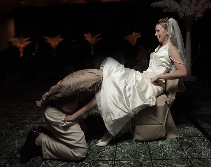 rimozione dello sposo della giarrettiera fotografia stock libera da diritti