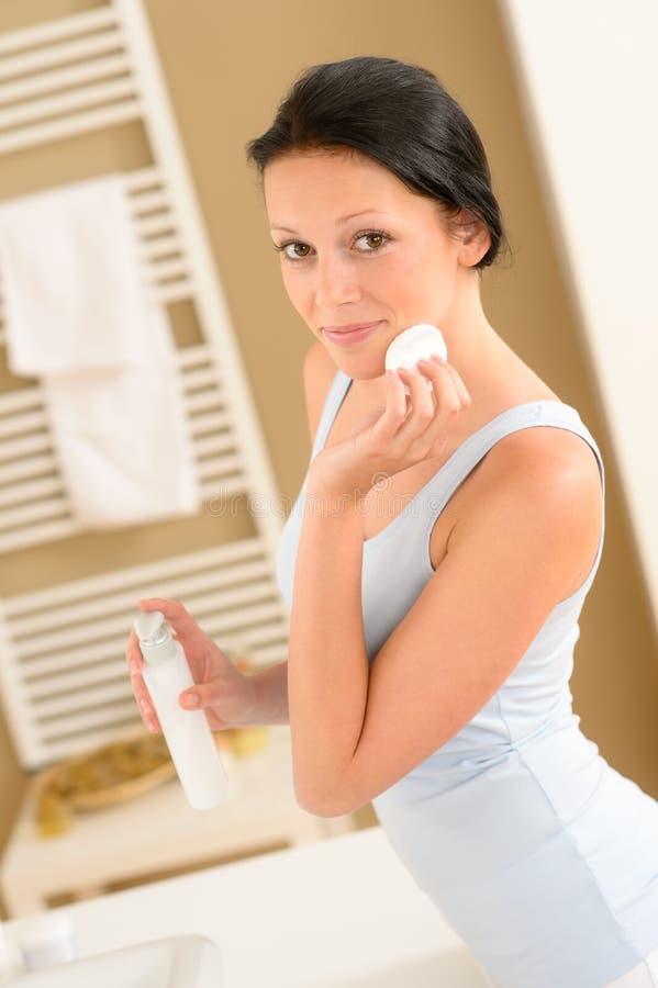 Rimozione pulita di trucco del fronte della stanza da bagno della giovane donna fotografia stock libera da diritti